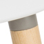Sitz: Weiß Beine: Eschenholz Rahmen und Fußstütze: Grau