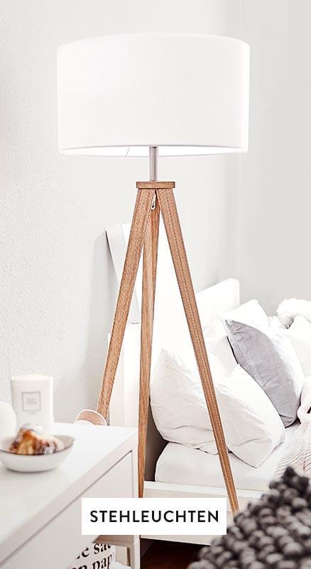 Weiße Stehlampe in einem weißen Schlafzimmer