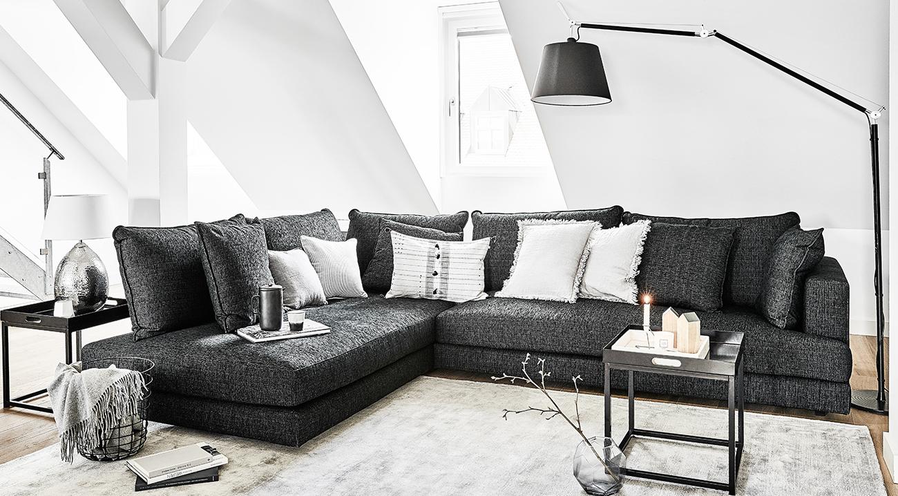 bogenleuchten-schwarz-wohnzimmer-couch