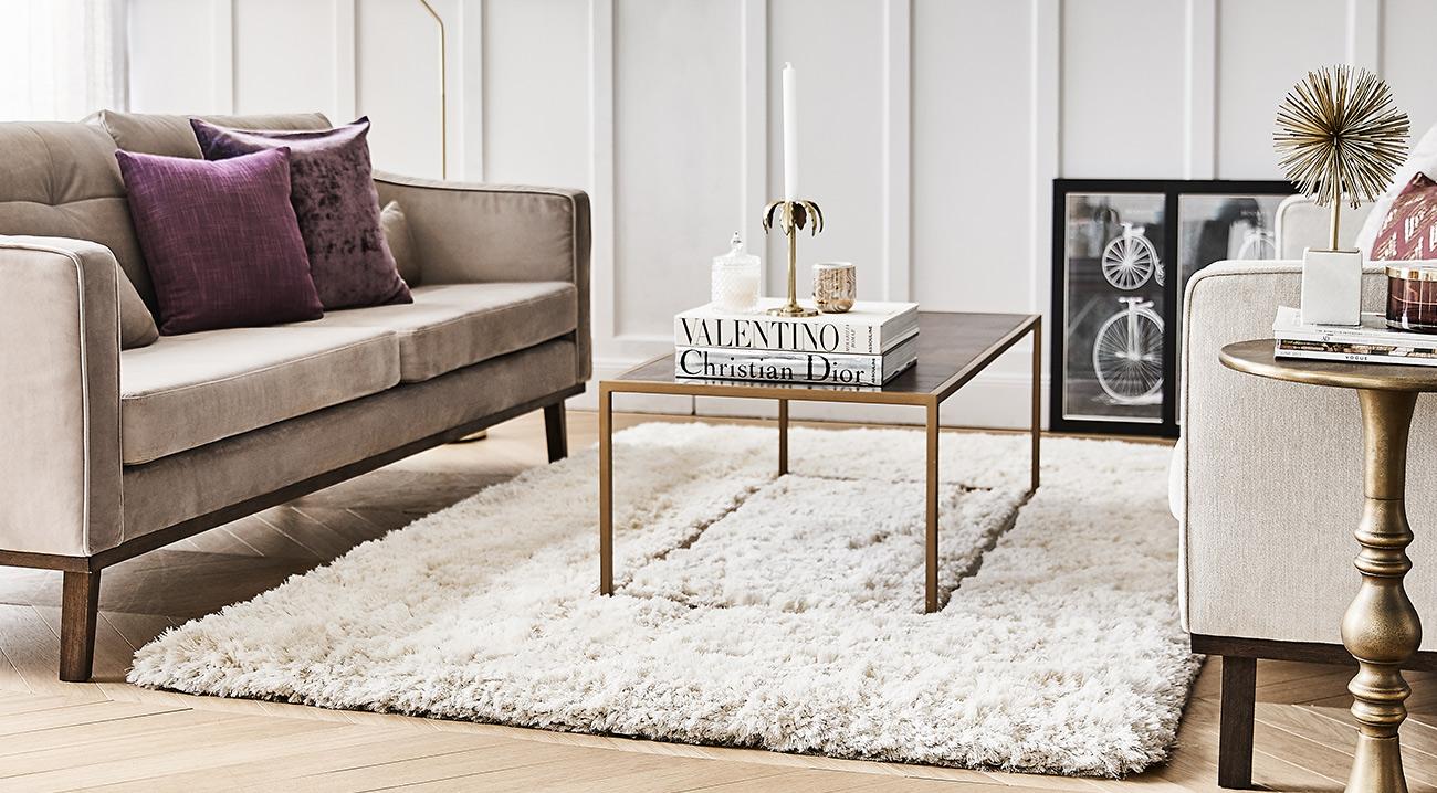 Eckiger Teppich in Beige im Wohnzimmer