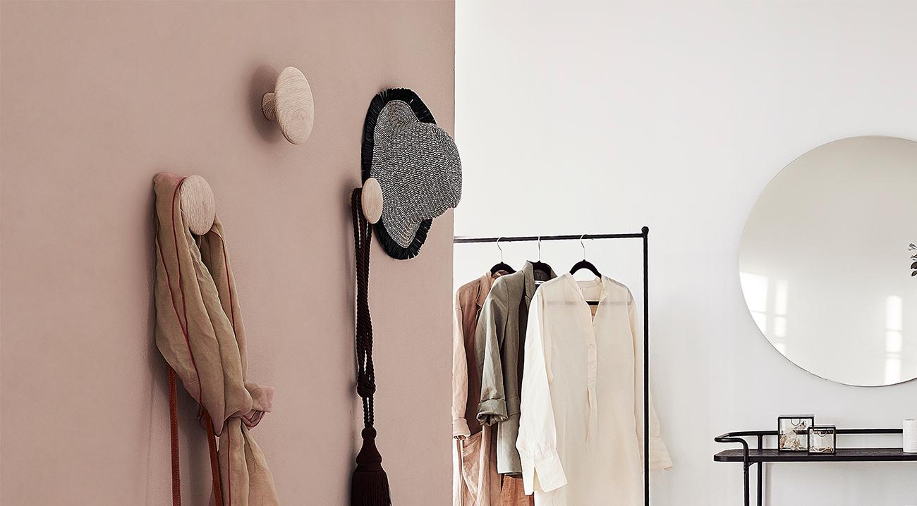 Garderoben Design mit Wandhaken aus Holz im Flur