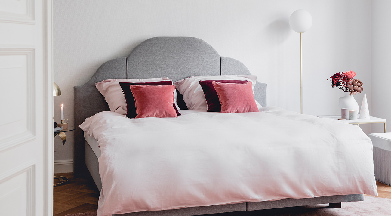 Luxuriöses Kingsize Bett im Schlafzimmer