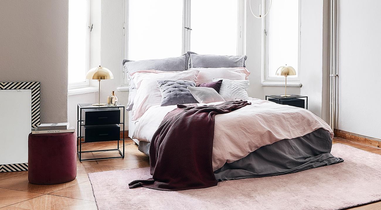 Schlafzimmermöbel, gemuehtliches Bett, Nachttische in schwarz