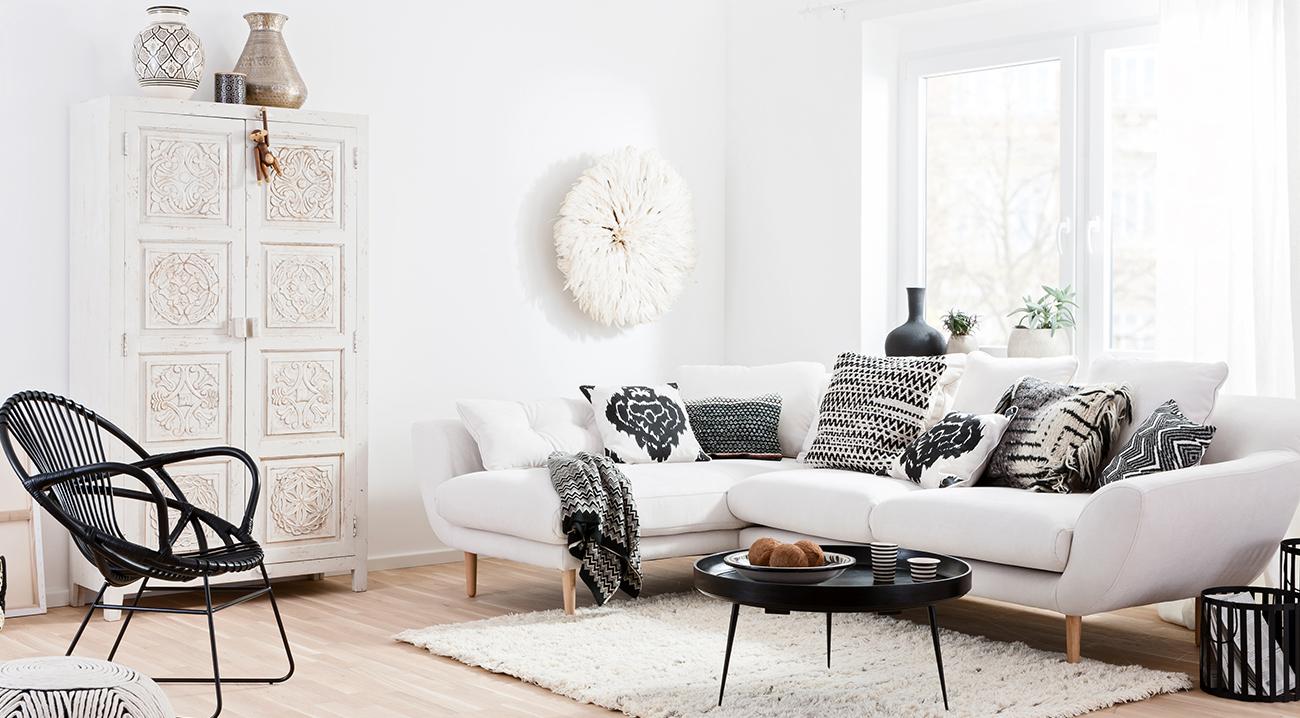 Weisser Schrank aus Holz im Wohnzimmer