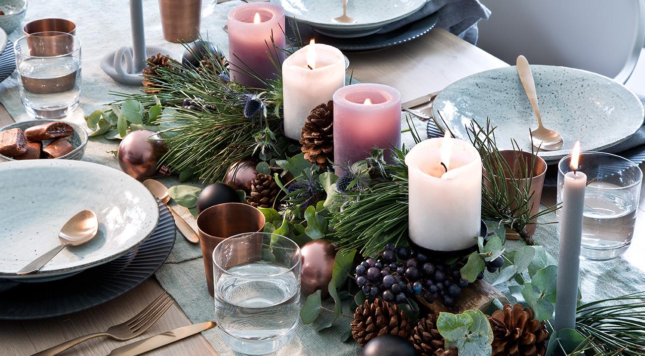 Tischläufer und Weihnachtsdekoration auf dem Esstisch