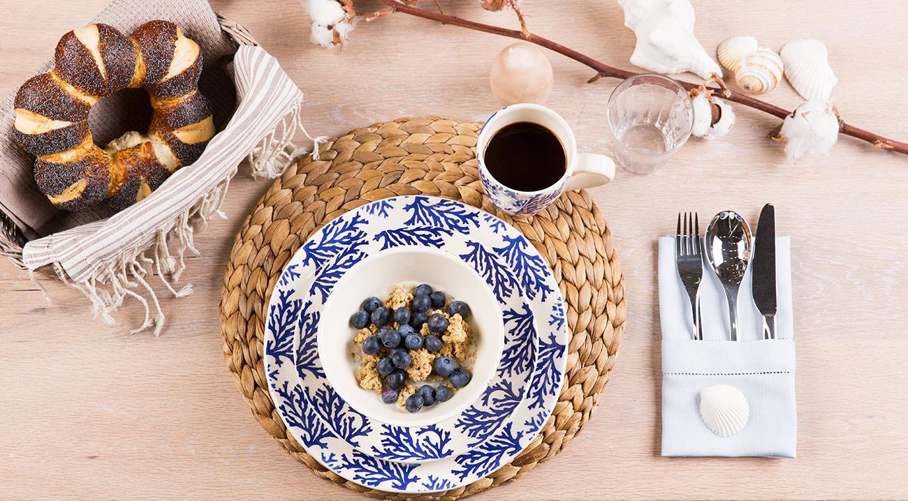 Tischset, Platzdecken aus Bast auf dem Esstisch