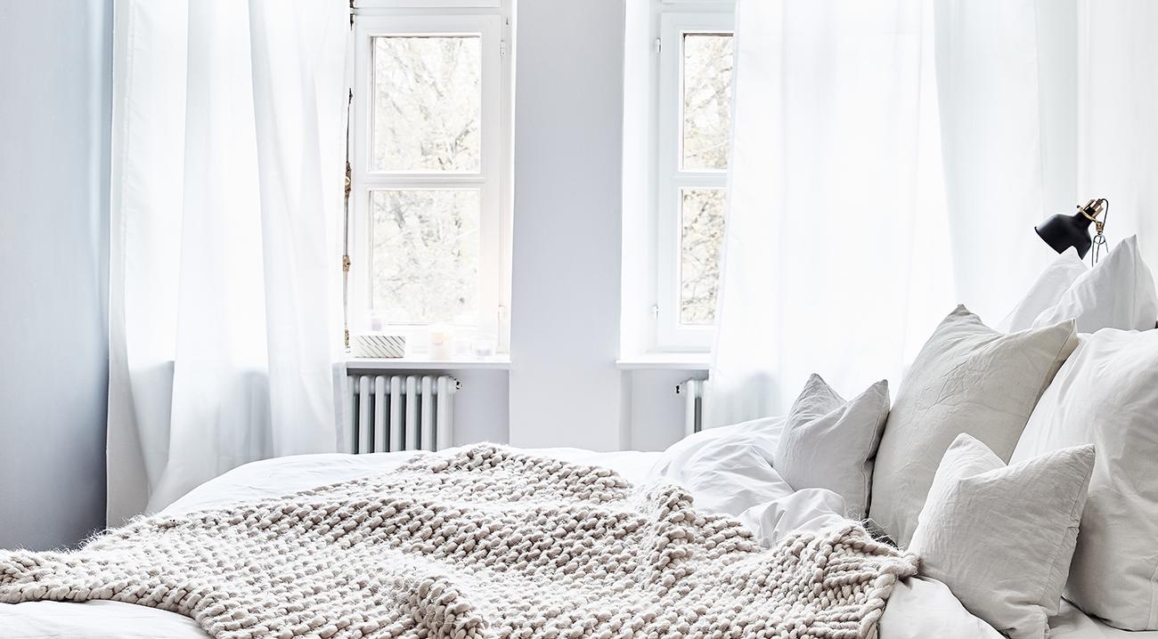 Weiße Vorhänge im Schlafzimmer
