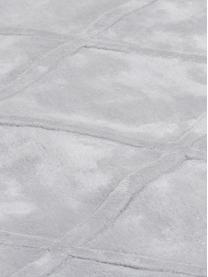 Handgetuft viscose vloerkleed Madeleine, Bovenzijde: 100% viscose, Onderzijde: 100% katoen, Lichtgrijs, 200 x 300 cm