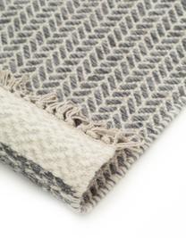 Handgewebter Wollläufer Kim in Grau/Creme, mit Fransen, 80% Wolle, 20% Baumwolle  Bei Wollteppichen können sich in den ersten Wochen der Nutzung Fasern lösen, dies reduziert sich durch den täglichen Gebrauch und die Flusenbildung geht zurück., Grau, Creme, 80 x 250 cm