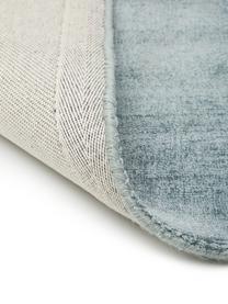 Tappeto in viscosa blu ghiaccio tessuto a mano Jane, Vello: 100% viscosa, Retro: 100% cotone, Blu ghiaccio, Larg.160 x Lung. 230 cm  (taglia M)