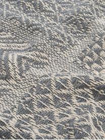 Gemustertes Plaid Malte in Graublau/Creme, 48% recycelte Baumwolle, 39% Polyester, 7% Viskose, 6% Acryl, Grau, Creme, 130 x 160 cm