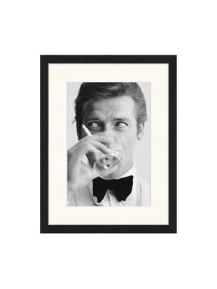 Oprawiony druk cyfrowy James Bond Drinking, 30 x 40cm, Ilustracja: czarny, biały Rama: czarny, S 33 x W 43 cm
