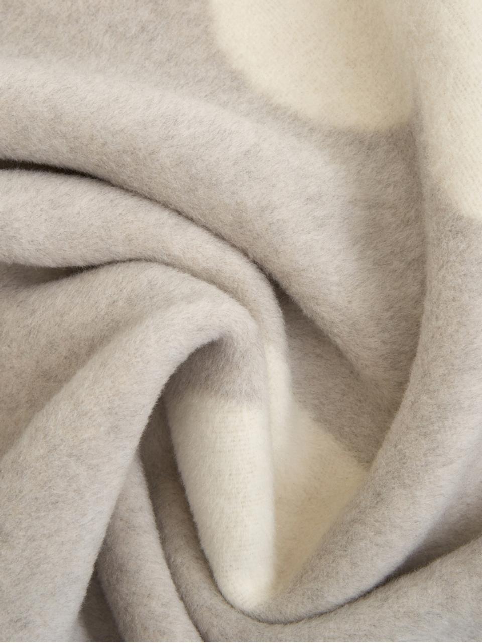 Kuscheldecke Jana mit Aufschrift und Motiv, 70% Baumwolle, 30% Polyacryl, Grau, gebrochenes Weiß, 150 x 200 cm
