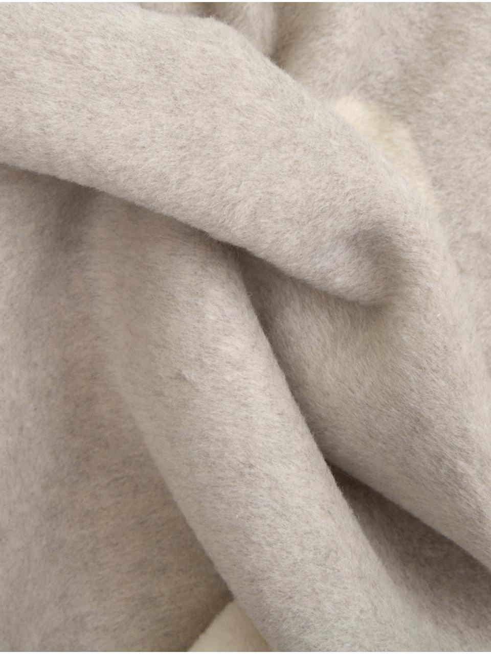 Kuscheldecke Jona mit Aufschrift und Motiv, 70% Baumwolle, 30% Polyacryl, Grau, gebrochenes Weiß, 150 x 200 cm