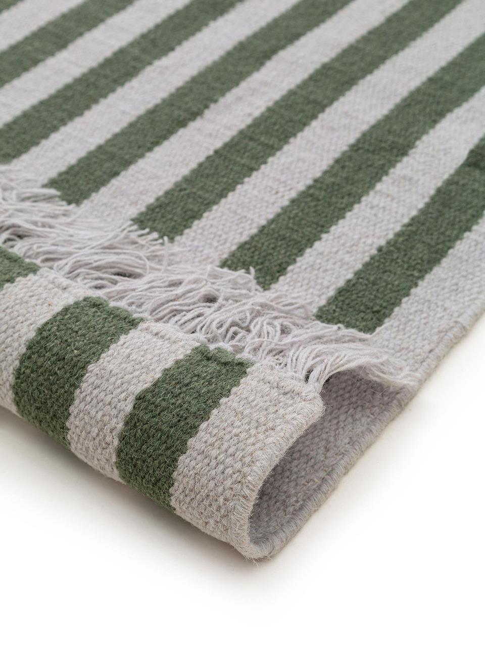 Gestreifter Wollteppich Gitta mit Fransen, 90% Wolle, 10% Baumwolle  Bei Wollteppichen können sich in den ersten Wochen der Nutzung Fasern lösen, dies reduziert sich durch den täglichen Gebrauch und die Flusenbildung geht zurück., Grün, Hellgrau, B 160 x L 230 cm (Größe M)