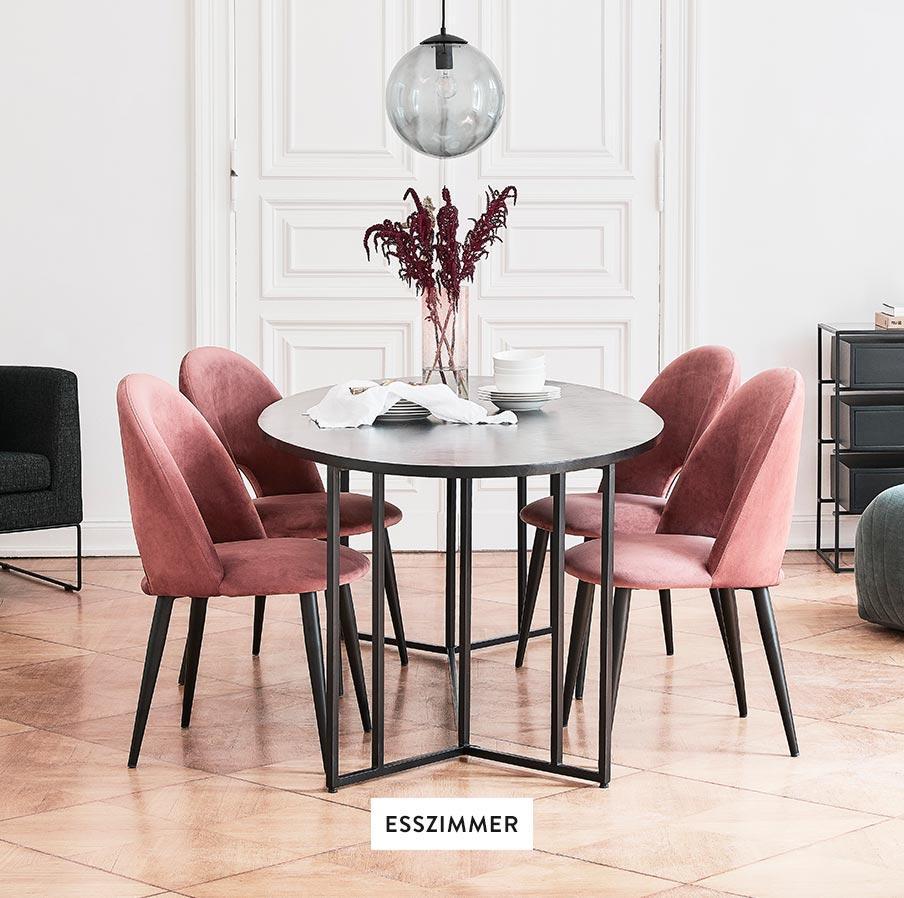 Dunkler Esstisch und rosa Samt-Stühle in einem modernen Wohnzimmer