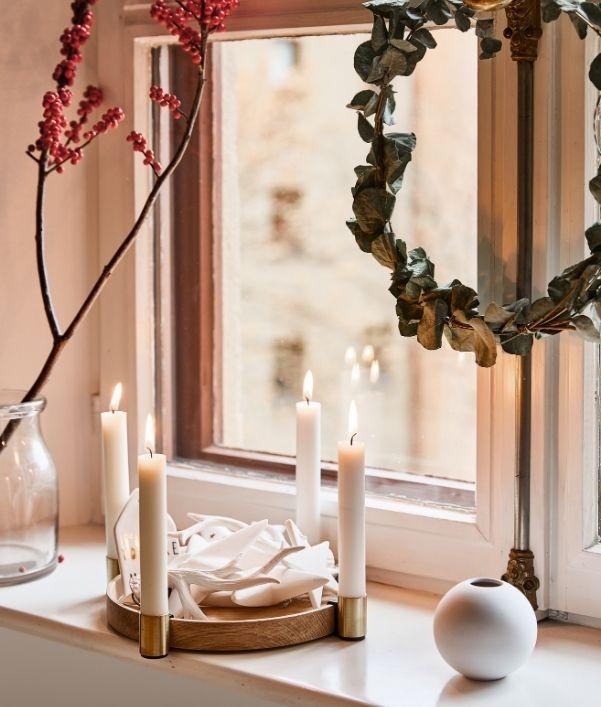 Kerstversiering voor het raam