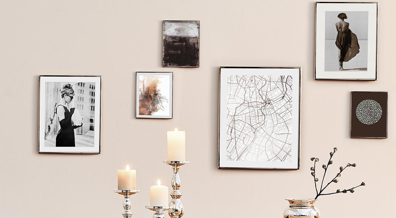 Schwarze Bilderrahmen in verschiedenen Größen an der Wand