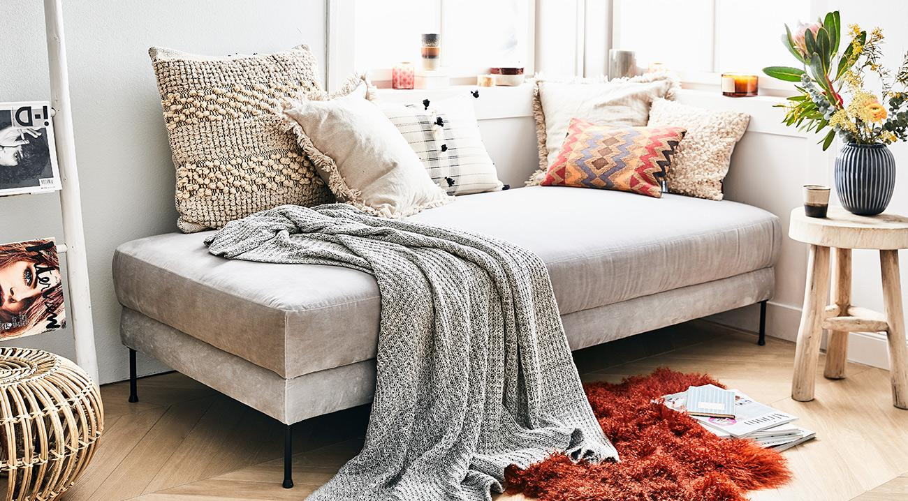 Daybed, Recamiere in Grau aus Samt im Wohnbereich