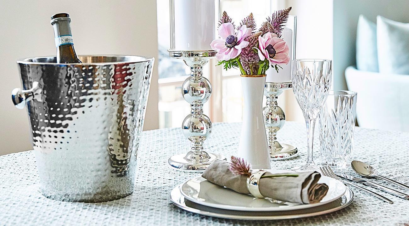 Flaschenkühler in Silber auf einem Esstisch