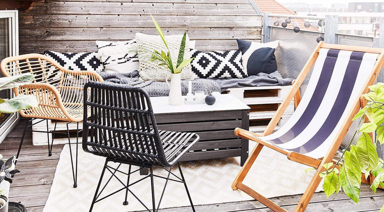 Gartenstuehle aus Rattan und ein Klappstuhl