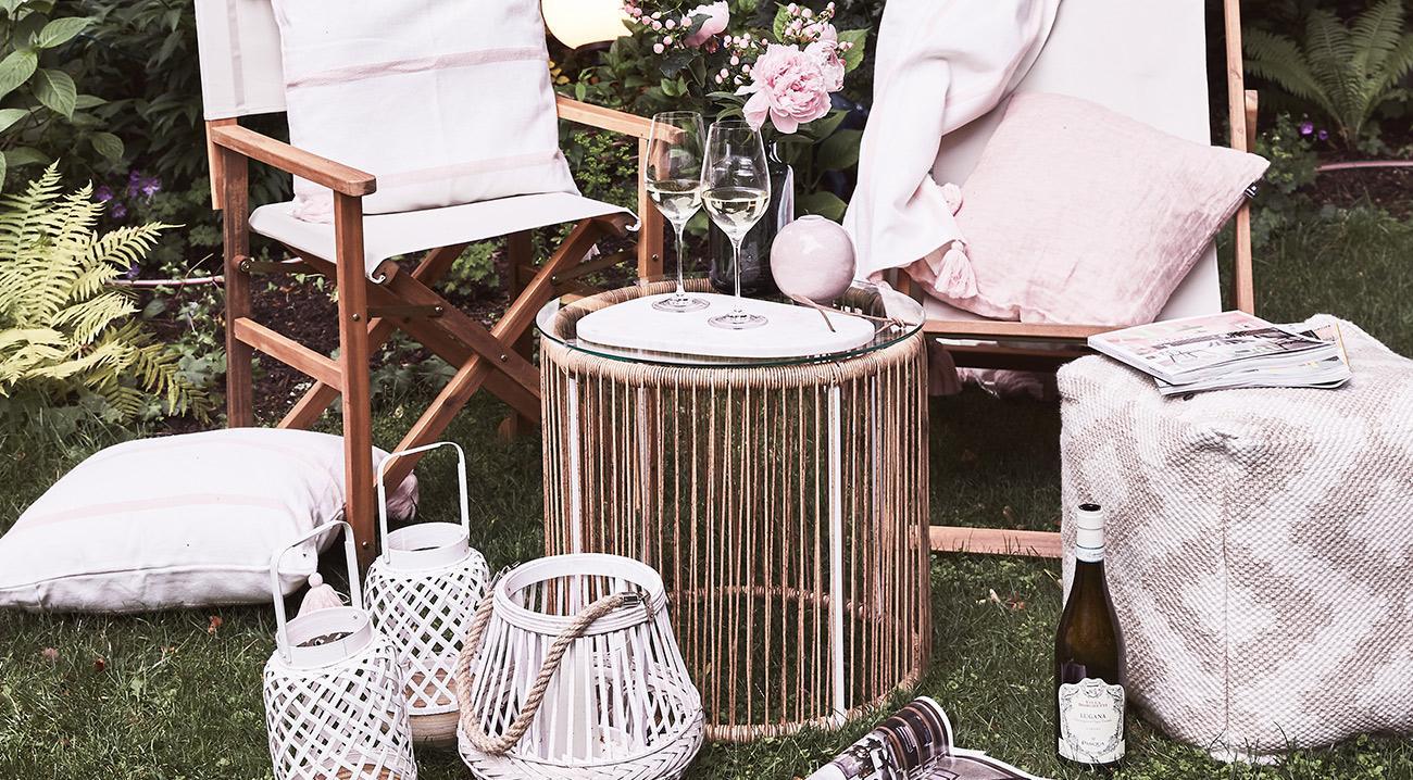 Gartentisch aus Kunststoff und Glas in Braun im Garten