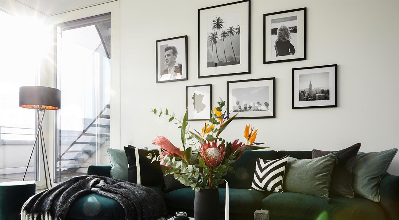 Gerahmte Wandbilder in Schwarz Weiß im Wohnzimmer ueber dem Sofa
