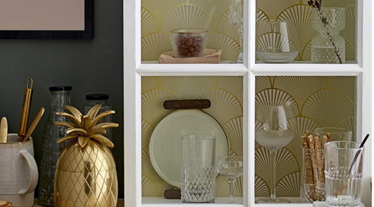 Gläser in Wandschrank und Bar Accessoires