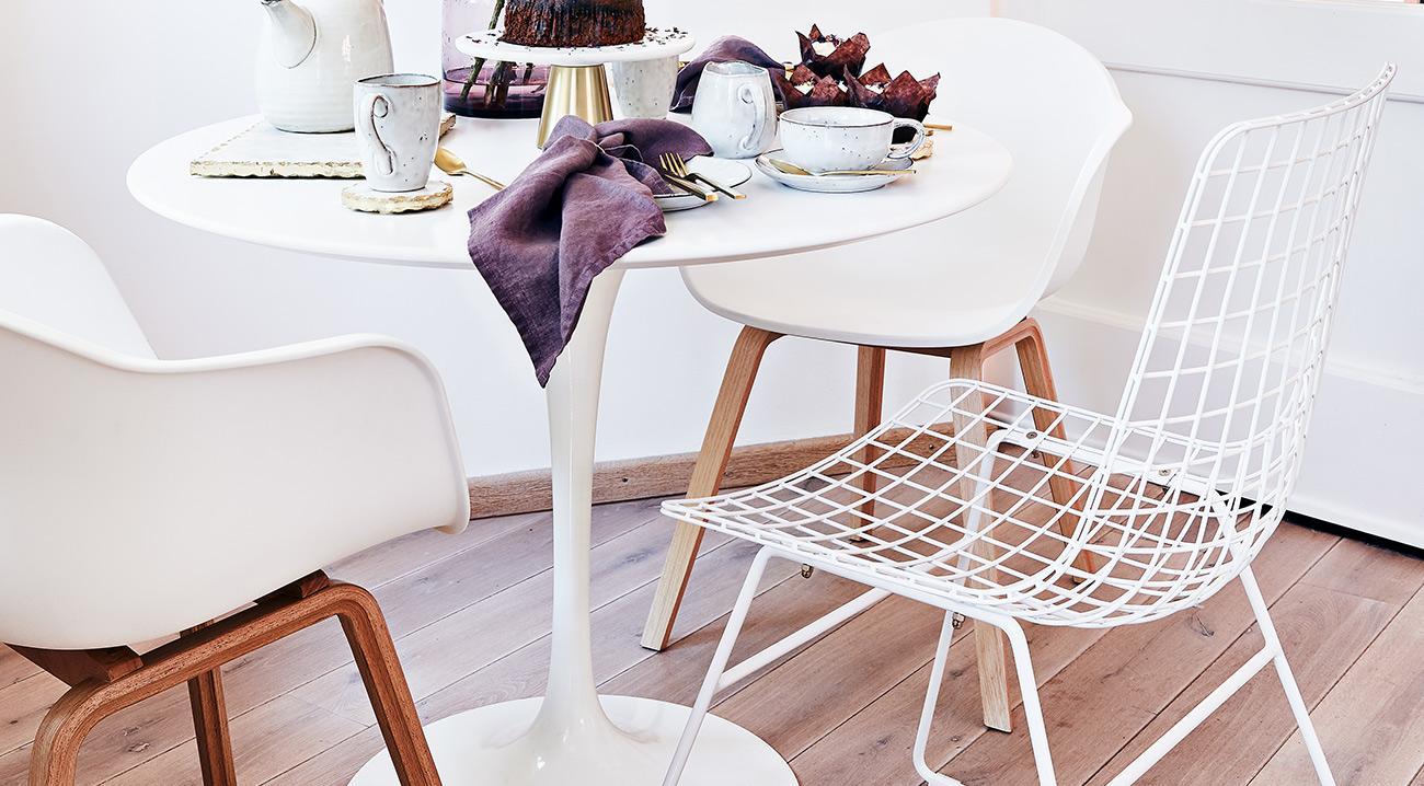 Weiße Kunststoff-und Metallstühle im Esszimmer