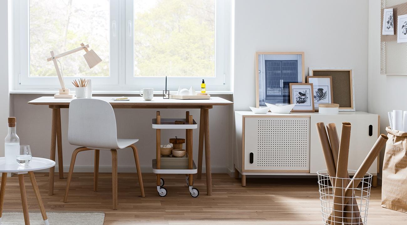 Leseleuchte aus Holz auf einem Schreibtisch im Arbeitszimmer