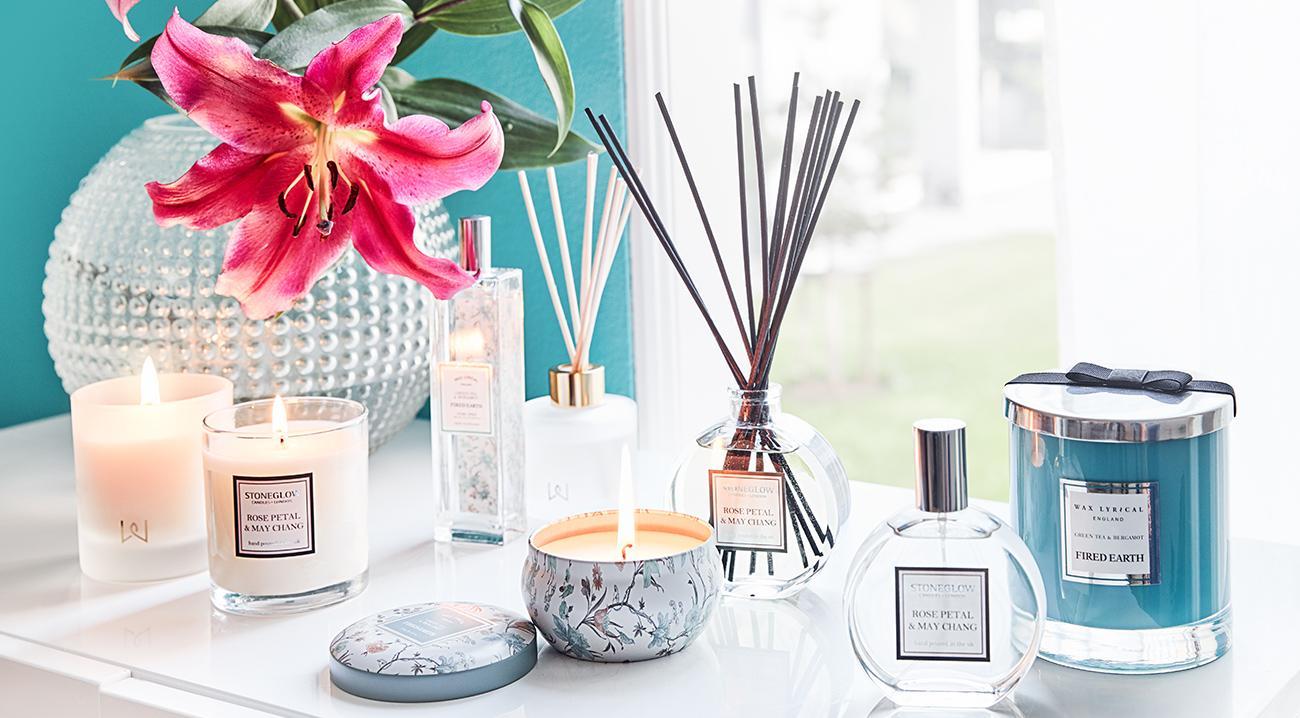 Raumduefte, Kerzen, Duftkerzen in verschiedenen Groeßen und Formen auf einer Kommode