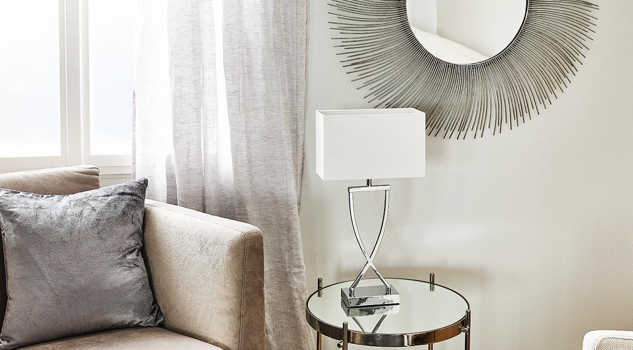 Spiegel und Lampe in Silber im Wohnzimmer