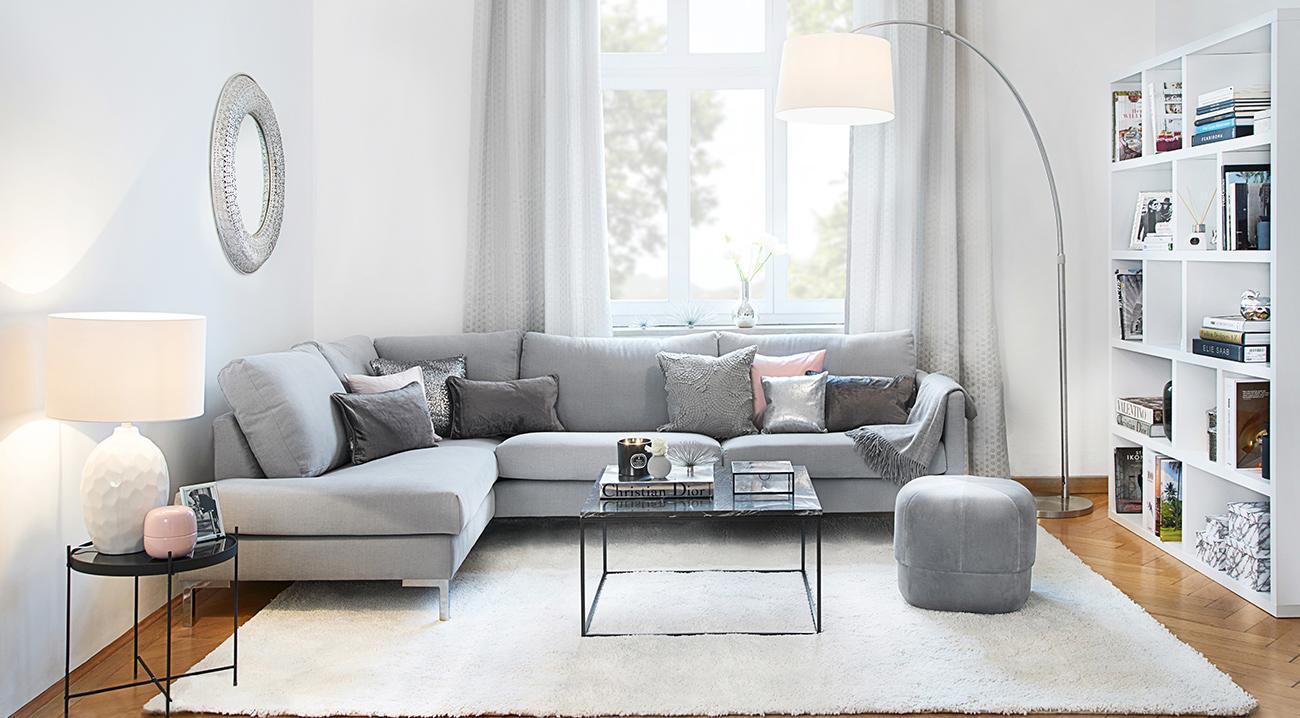 Großer, weißer Teppich im Wohnzimmer