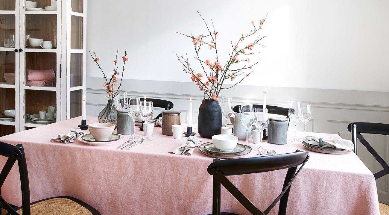 Leinentischdecke in Rosa auf einem Esstisch