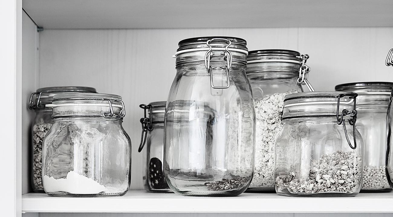 Vorratsbehälter aus Glas in verschiedenen Größen in einem Regal