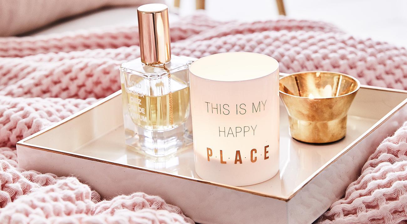 Windlichter, Teelichthalter in Weiss und Gold auf einem Deko-Tablett