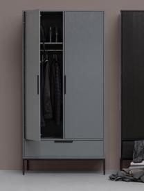 Kleiderschrank Adam aus Kiefernholz, Korpus: Kiefernholz, lackiert, Einlegeböden: Spanplatte, lamieniert, Füße: Metall, beschichtet, Stahlgrau, 100 x 200 cm