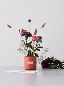 Design Becher Favourite MOM in Terrakotta mit Schriftzug, Fine Bone China (Porzellan) Fine Bone China ist ein Weichporzellan, das sich besonders durch seinen strahlenden, durchscheinenden Glanz auszeichnet., Rosa, Weiß, Ø 8 x H 9 cm