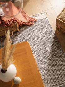 Handgewebter Wollteppich Kim in Grau/Creme, mit Fransen, 80% Wolle, 20% Baumwolle  Bei Wollteppichen können sich in den ersten Wochen der Nutzung Fasern lösen, dies reduziert sich durch den täglichen Gebrauch und die Flusenbildung geht zurück., Grau, Creme, B 120 x L 170 cm (Größe S)