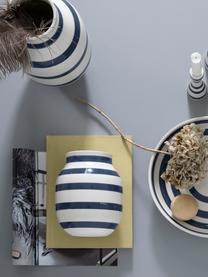 Handgefertigte Design-Vase Omaggio, medium, Keramik, Weiß, Stahlblau, Ø 17 x H 20 cm