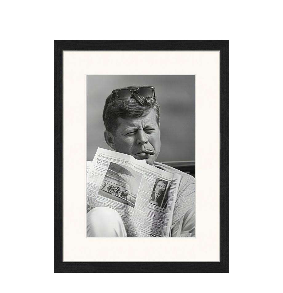 Ingelijste digitale print The Newspaper, Afbeelding: digitale print op papier,, Lijst: gelakt hout, Zwart, wit, 33 x 43 cm