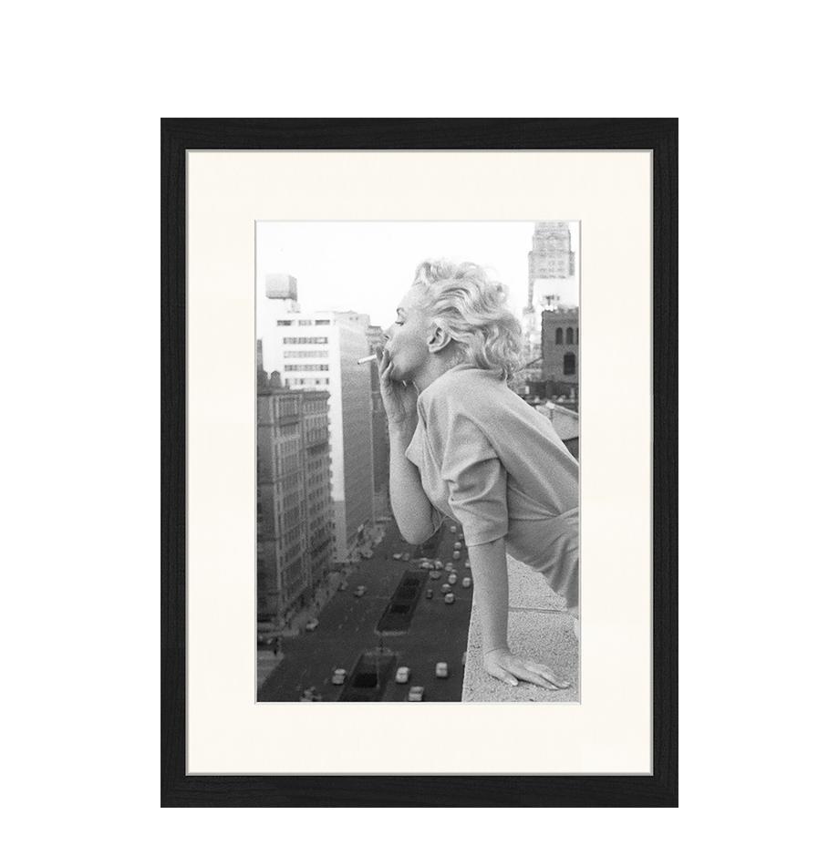 Stampa digitale incorniciata Marilyn At The Ambassador Hotel New York, Immagine: stampa digitale su carta,, Cornice: legno, verniciato, Nero, bianco, Larg. 33 x Alt. 43 cm