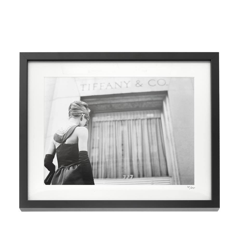 Gerahmter Fotodruck Hepburn Breakfast at Tiffany's, Bild: Fuji Crystal Archive Papi, Rahmen: Holz, lackiert, Front: Plexiglas, Bild: Schwarz, Weiß Rahmen: Schwarz, 50 x 40 cm