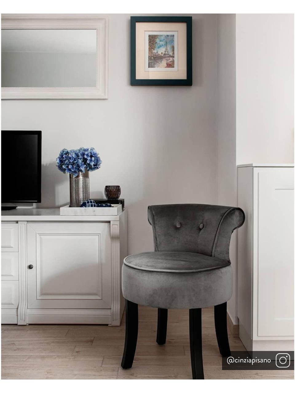 Samt-Hocker Alison mit Rückenlehne, Bezug: Baumwollsamt, Gestell: Holz, Füße: Birkenholz, lackiert, Bezug: Grau.  Füße: Schwarz, 48 x 65 cm