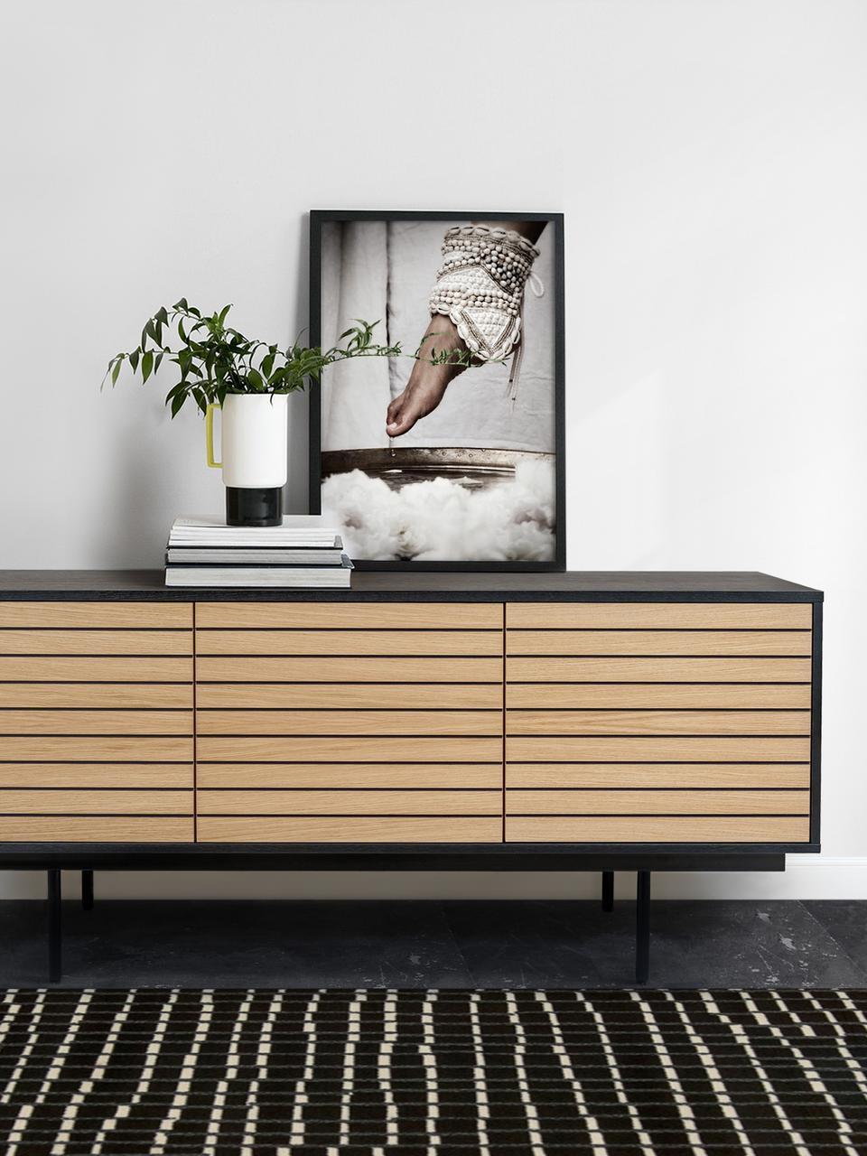 Sideboard Stripe mit Türen und Eichenholzfurnier, Korpus: Mitteldichte Holzfaserpla, Füße: Metall, pulverbeschichtet, Eichenholz, Schwarz, 161 x 70 cm