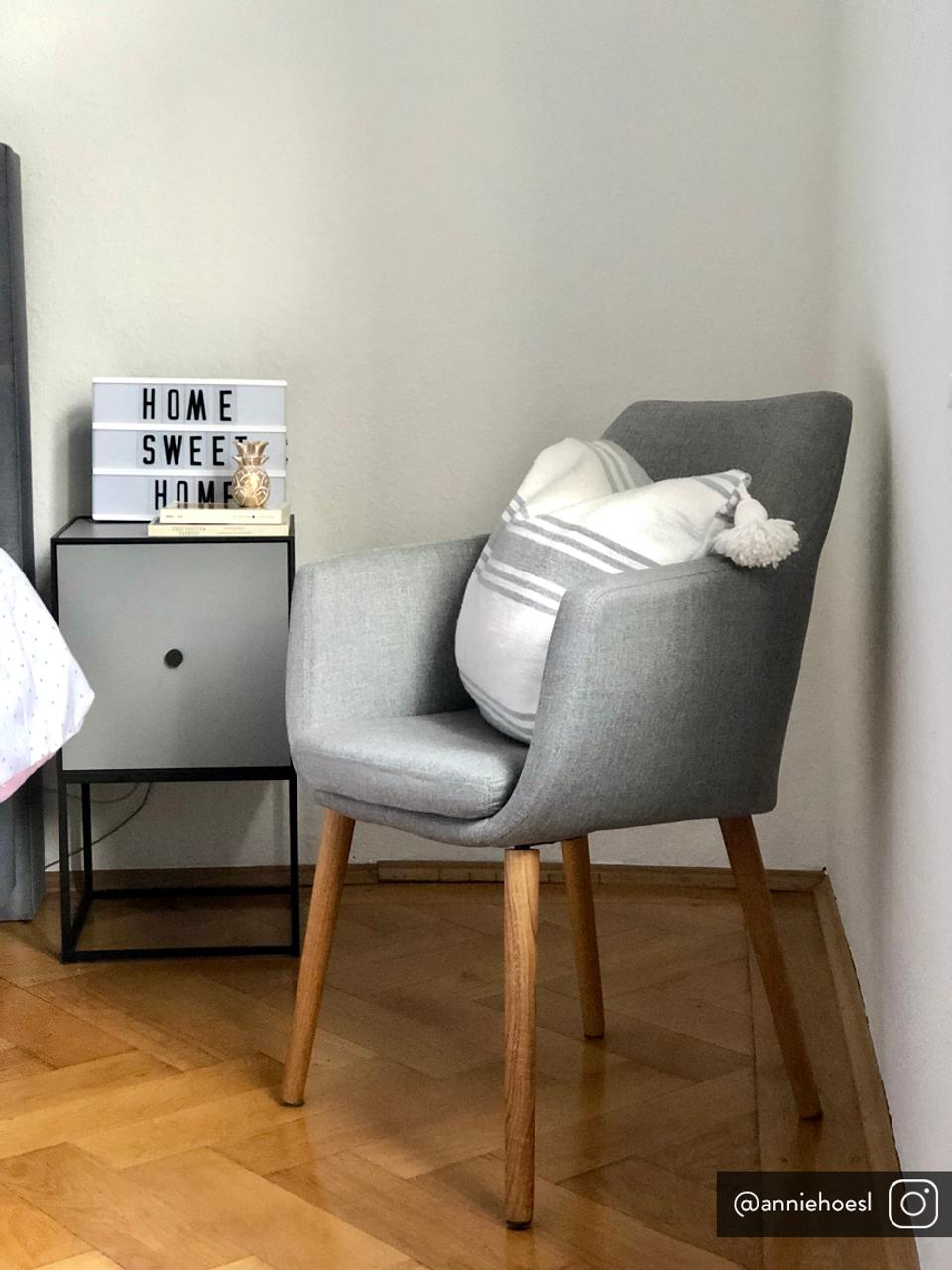 Chaise scandinave Nora, Tissu gris clair, pieds chêne
