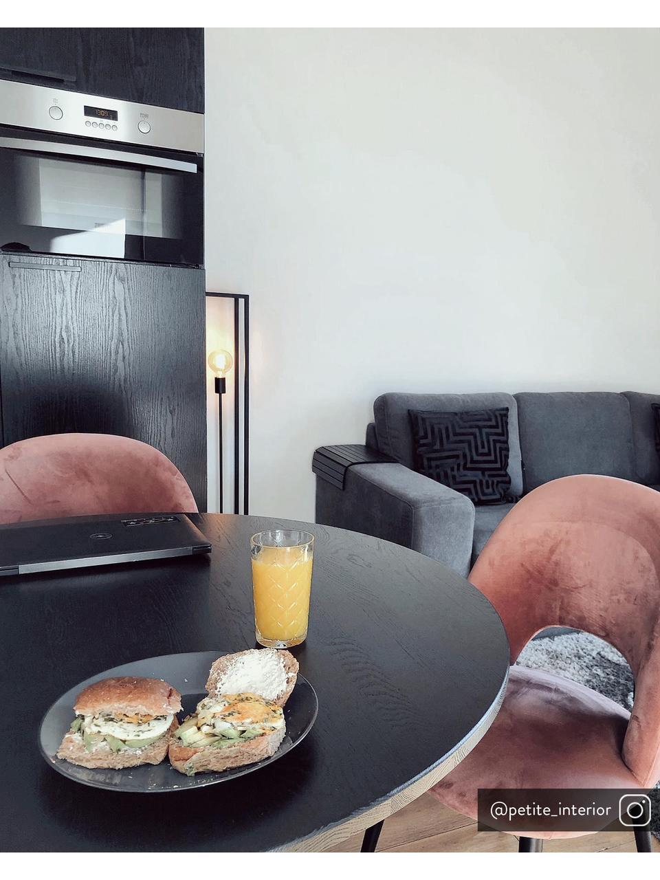 Krzesło tapicerowane z aksamitu Rachel, Tapicerka: aksamit (wysokiej jakości, Nogi: metal malowany proszkowo, Aksamitny brudny różowy, S 53 x G 57 cm