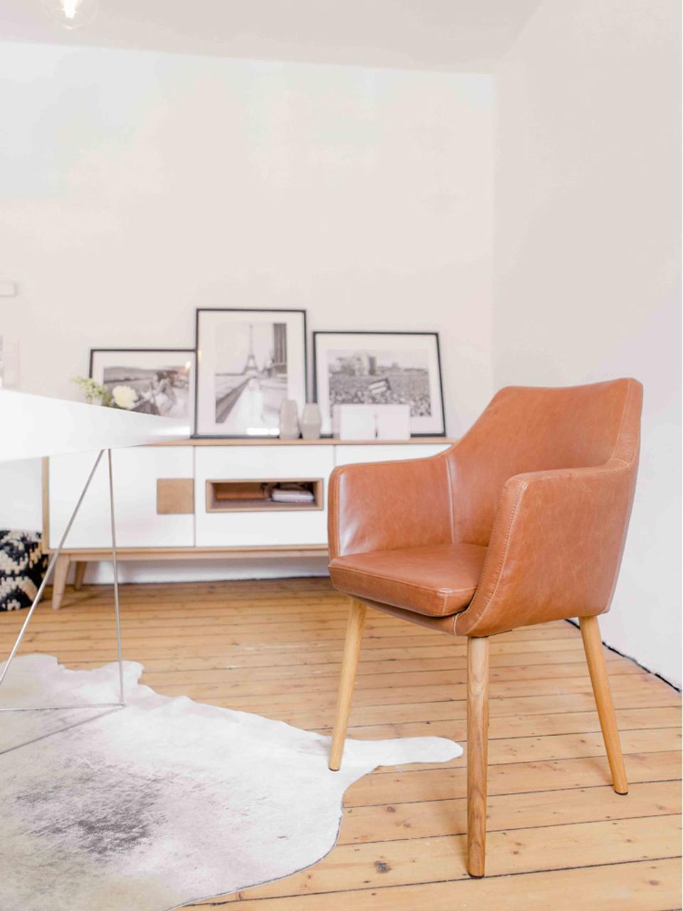 Sedia con braccioli in similpelle Nora, Rivestimento: pelle ecologica (poliuret, Gambe: legno di quercia, Pelle sintetica colore cognac, gambe in rovere, Larg. 56 x Alt. 55 cm