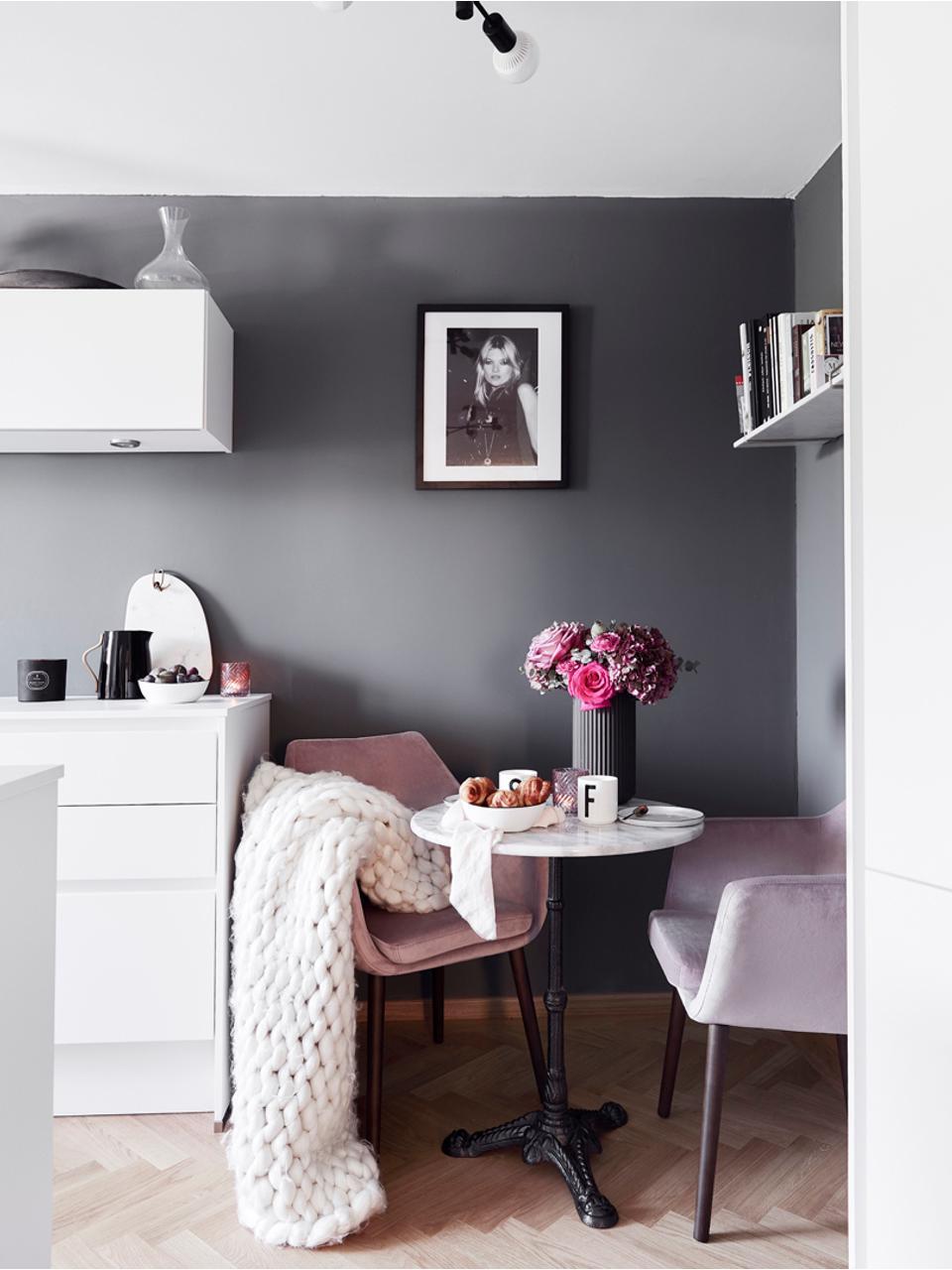 Fluwelen armstoel Nora, Bekleding: polyester (fluweel), Poten: eikenhout, gebeitst, Fluweel roze, poten donkerbruin, 58 x 84 cm
