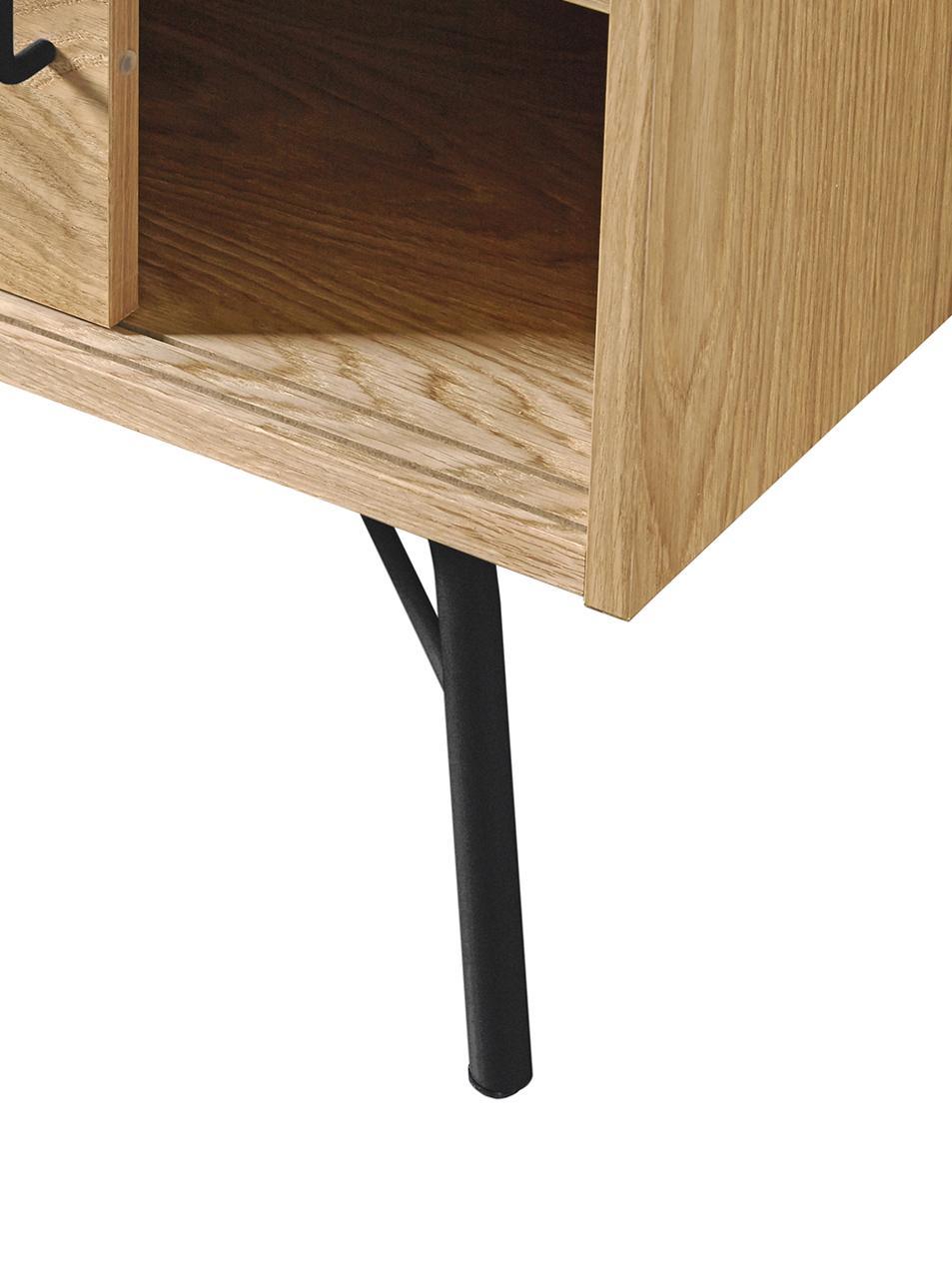 Mobile TV con finitura in quercia Ashburn, Corpo: legno di quercia Gambe e presa: nero opaco, Larg. 145 x Alt. 53 cm